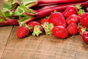 aardbeien en rabarber voor gelei foto