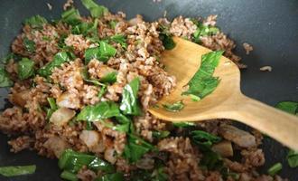 biologische gebakken rijst met varkensvlees foto