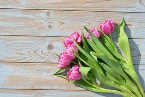 bos van roze tulpen op oud hout met lege ruimte
