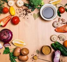 salade ingrediënten op rustieke houten achtergrond met kopie ruimte.