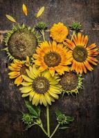 zonnebloemen componeren op rustieke houten achtergrond, bovenaanzicht