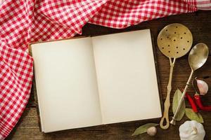 leeg kookboek en kruiden foto