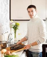 lachende man koken foto
