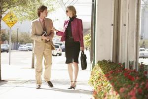 ondernemers communiceren tijdens het lopen op de stoep