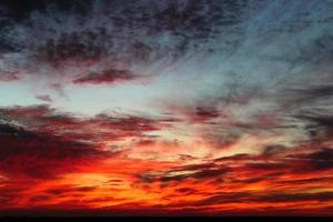 hemel met wolken tijdens zonsondergang scharlaken foto