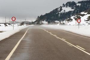 bergweg in de winter - carretera de montaña en invierno