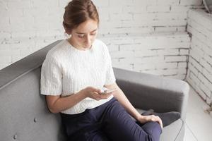 jonge vrouw met telefoon foto