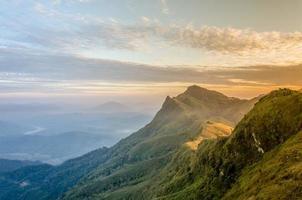 zonsopgang in phatung-berg, chiang rai, thailand foto