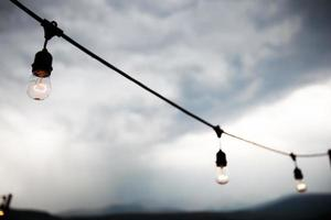 gloeilampen buiten aan een touwtje foto