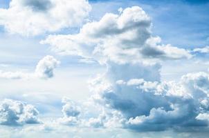 bewolkte hemel in de zomer foto