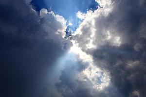 lichtblauwe hemel foto