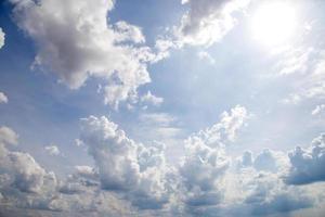 blauwe lucht wolken foto