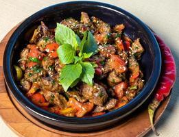 aubergine, tomaat, groentesalade op de houten plaat