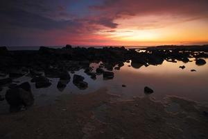 zonsondergang hemel rotsachtige kustlijn