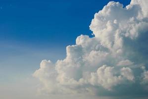 witte wolken boven de blauwe hemel foto