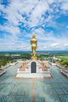 Boeddhabeeld in blauwe hemel