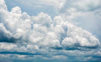 blauwe hemel met wolken. foto