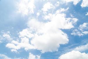 wolk op blauwe hemel foto