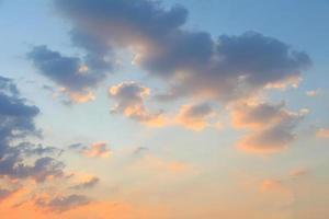 blauwe luchtwolken, blauwe lucht met wolken. foto