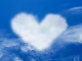 hart wolk vorm blauwe hemel foto