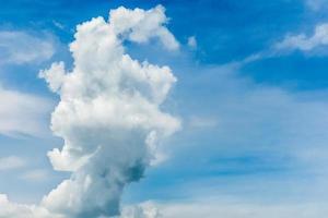 blauwe lucht en sterke wolk foto
