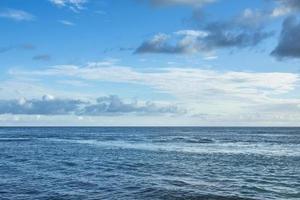blauwe zee en perfecte lucht foto