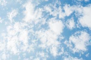 wolk op de blauwe hemel. foto