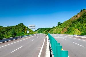 snelweg, blauwe lucht, zonnig weer foto