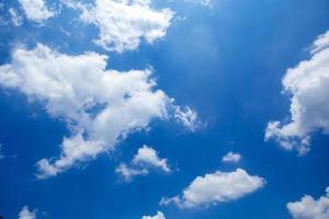 blauwe lucht en kleine wolk