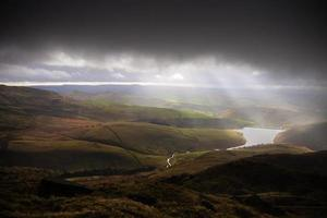 vriendelijker reservoir en stormachtige luchten