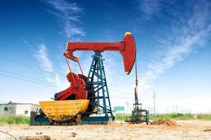 olieveld en blauwe hemel foto