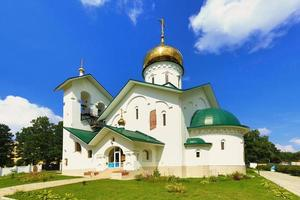 kerk van st. alexander nevsky. ashukino dorp. foto