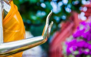hand van gouden Boeddhabeeld