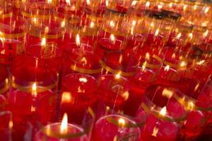 tafel met kaarsen in een tempel in Taipei tijdens de spookmaand
