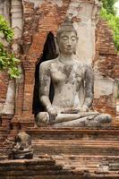 antiek standbeeld van Boeddha foto