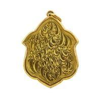 achterkant van kleine Boeddha amuletten op witte achtergrond