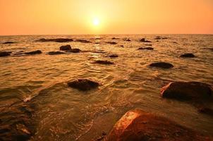 strand bij zonsondergang achtergrond foto
