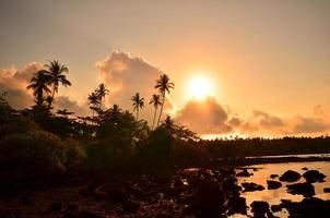 strand op tropisch eiland bij zonsondergang foto
