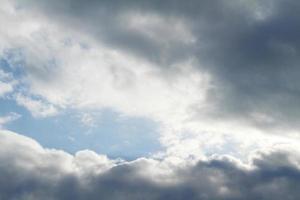 wolken en blauwe lucht foto