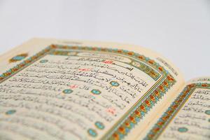 pagina's van het heilige boek van de koran foto