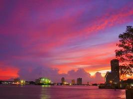 kleurrijke cloudscape aan de rivierzijde foto
