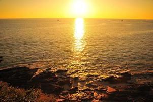 prachtig strand bij zonsondergang achtergronden foto