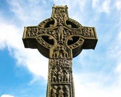 christelijk hoog kruis met een Keltisch kruis foto