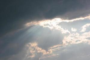 schijnt door onweerswolken. foto
