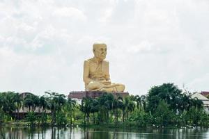 de grote boeddha-afbeelding buiten het park