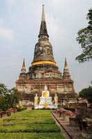 boeddhistisch beeldhouwwerk bij tempel in ayuthaya, thailand