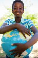 schattige kleine jongen met globe