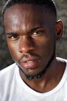 knappe jonge zwarte man met zweet druipend van gezicht