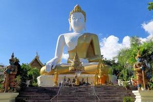 zittend Boeddhabeeld in Noord-Thailand foto