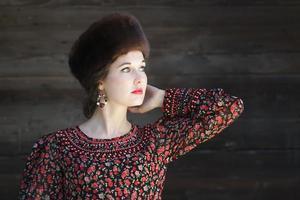 driekwart weergave portret van wegkijken Russische schoonheid meisje
